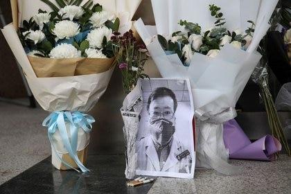 Un memorial improvisado para el doctor Li Wenliang, en una de las entradas del Hospital Central de Wuhan, en China. 7 de febrero de 2020. REUTERS/Stringer