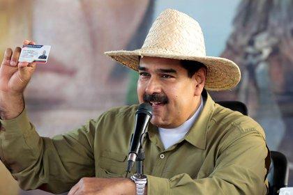 """El dictador Nicolás Maduro sostiene el """"Carnet de la patria"""", una herramienta de control social del régimen (REUTERS/Handout/Presidencia de Venezuela)"""