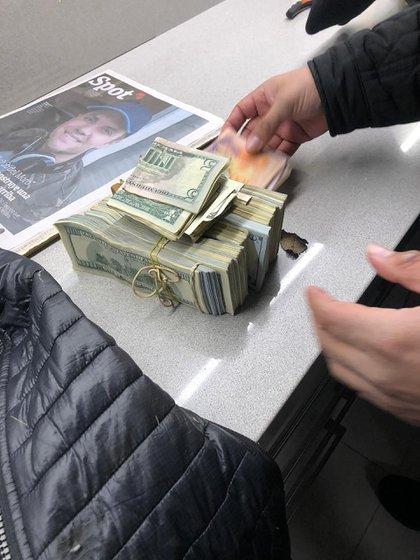 Los USD 100.000 que el delincuente había robado.