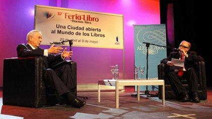 Jorge Fernández Díaz en la Feria del Libro como anfitrión de Vargas Llosa, el día que ambos tuvieron un encuentro con Hebe de Bonafini.  Télam 162