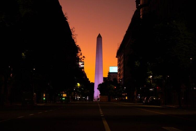 Una imagen de Buenos Aires vacía de noche en medio de la cuarentena obligatoria por el coronavirus
