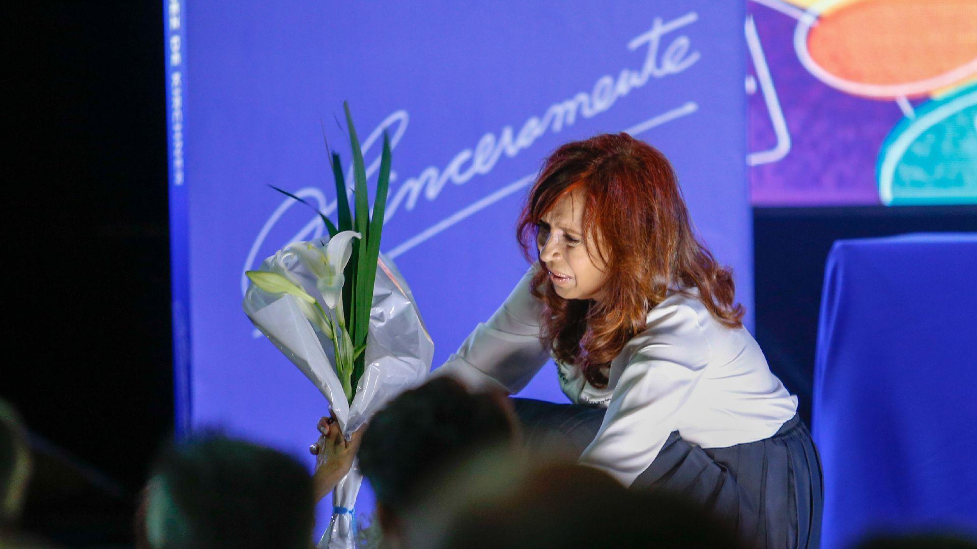 Cristina hace campaña presidencial con su libro de memorias personales. (Nicolás Aboaf)