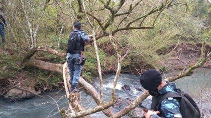 La semana pasada, la División Homicidios encontró un buzo que pertenece al joven entre unas ramas