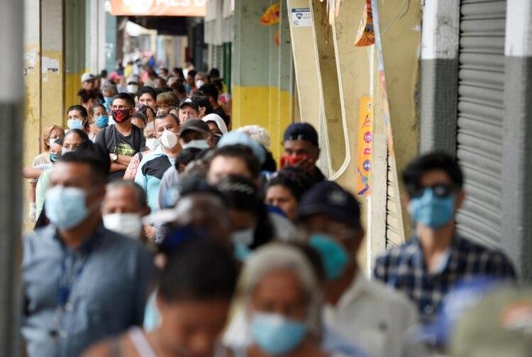 Personas hacen fila para cobrar sus pensiones antes de una veda impuesta por el Gobierno para prevenir el avance de la enfermedad del coronavirus (COVID-19), en Guayaquil, Ecuador. 20 de marzo del 2020. REUTERS/Santiago Arcos