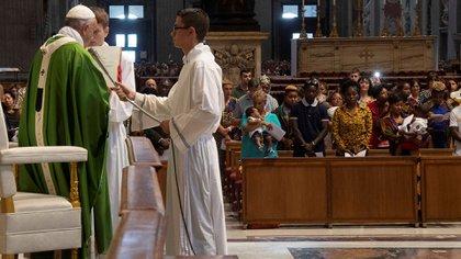 El pontífice leyendo un sermón durante la misa en el Vaticano (Reuters)