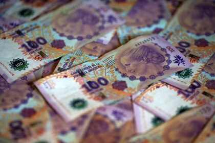 Billetes de cien pesos argentinos. Foto de archivo Sep 3 2019. REUTERS/Agustin Marcarian/Illustration