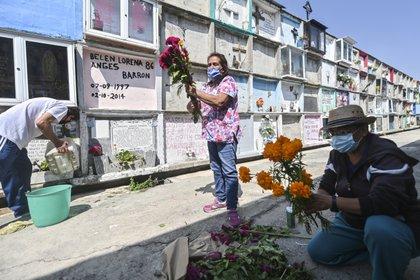 Decoraciones en el panteón municipal de Nezahualcoyotl previo al Día de Muertos (Foto: Pedro Pardo/AFP)