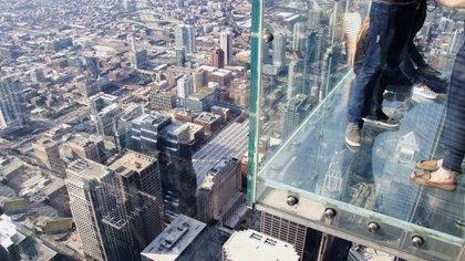 El Skydeck está ubicado en el piso 103 de la Torre Willis en Chicago. Los turistas valientes pueden acceder a The Ledge, un balcón de vidrio que se extiende fuera del edificio