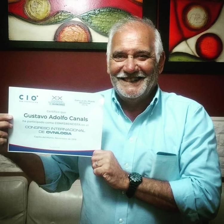 Canals, con su certificado de asistencia del Congreso Internacional de Ovnilogía