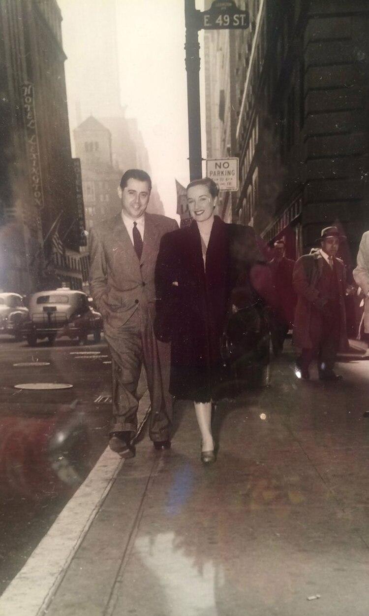 Daniel Tinayre y Mirtha Legrand caminando por Nueva York