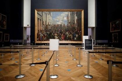 """El cuadro """"Las bodas de Caná"""" (Les Noces de Cana, 1562-1563) de Paolo Veronese en una galería vacía de visitantes en el museo del Louvre cerrada como parte de las medidas tomadas por el gobierno francés para evitar la propagación de la enfermedad por coronavirus (COVID-19) en París, Francia, 4 de diciembre de 2020 (REUTERS / Benoit Tessier)"""