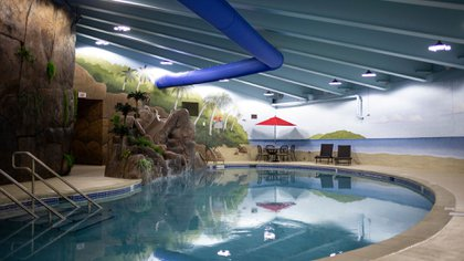 La piscina del Survival Condo, un edificio bajo tierra para protegerse del coronavirus. (Chet Strange para The New York Times)