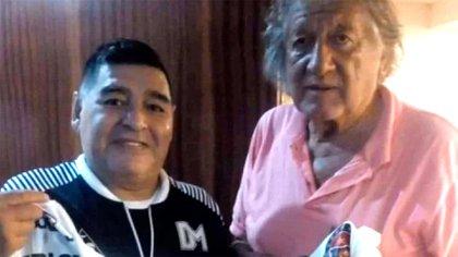 El Trinche Carlovich junto a Diego Armando Maradona (@SuperMitre)
