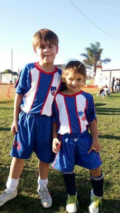 Felicitas junto a su hermano Federico, que también juega al fútbol y es goleador en su equipo