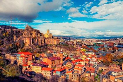 Tbilisi, la capital de Georgia, es la mezcla perfecta de moda e historia, con sinuosas calles adoquinadas que presentan arquitectura medieval en cada esquina (Shutterstock)