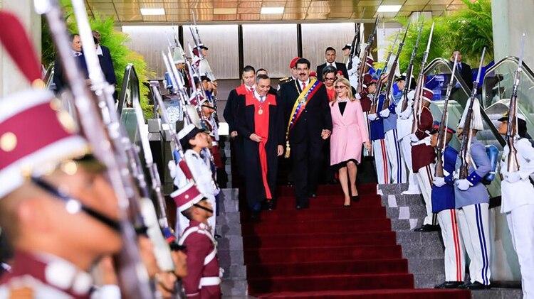 Niolás Maduro y su esposa, Cilia Flores, en su llegada a la Corte chavista de Justicia. En el lugar, fueron recibidos por el presidente del Tribunal, Mikel Moreno, condenado dos veces por asesinato