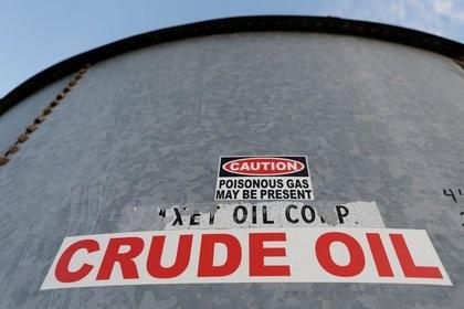 ARCHIVO. Vista de un tanque de almacenamiento de crudo en el condado Loving en Texas, REUTERS/Angus Mordant