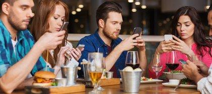 El receso de almuerzo es el momento elegido por muchos para ponerse al día con las notificaciones del teléfono