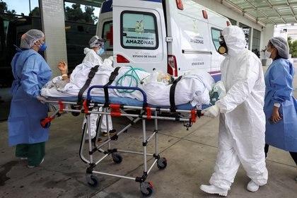 Trabajadores de la salud transportan a un paciente al hospital Getulio Vargas, en medio del brote de la enfermedad por coronavirus (COVID-19) en Manaos, Brasil, el 14 de enero de 2021. REUTERS / Bruno Kelly