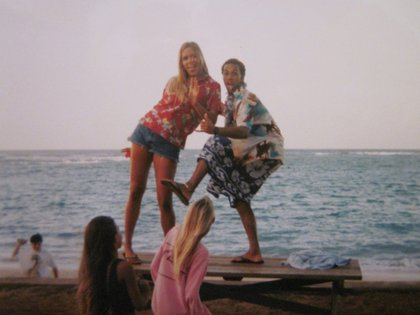 Kristin Smart junto con amigos en Mokule'ia, en el verano de 1995