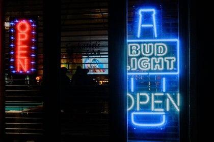 Clientes en un bar en Tomahawk, Wisconsin (Gabriela Bhaskar/The New York Times)
