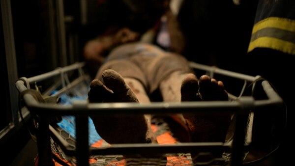 Un hombre cubierto de ceniza y quemaduras en las piernas es llevado al hospital después de que el Volcán de Fuego estalló violentamente en El Rodeo, Guatemala, el 3 de junio de 2018(Reuters/ Fabricio Alonzo)