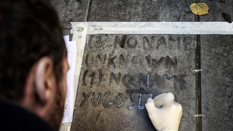 Los nombres de los inmigrantes escritos en el suelo se verán cuando caiga la lluvia
