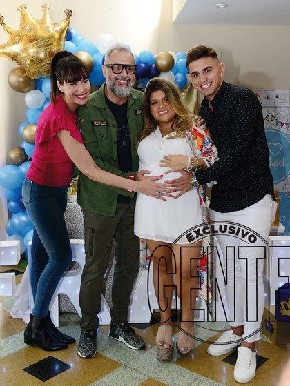 El anfitrión de Intrusos (América), su mujer, la nutricionista Romina Pereiro, y los futuros padres, More y Ambrosioni.