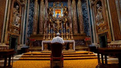 """El papa frente al icono """"Salus populi romani"""" en la basílica de Santa María La Mayor (VATICAN MEDIA / AFP)"""