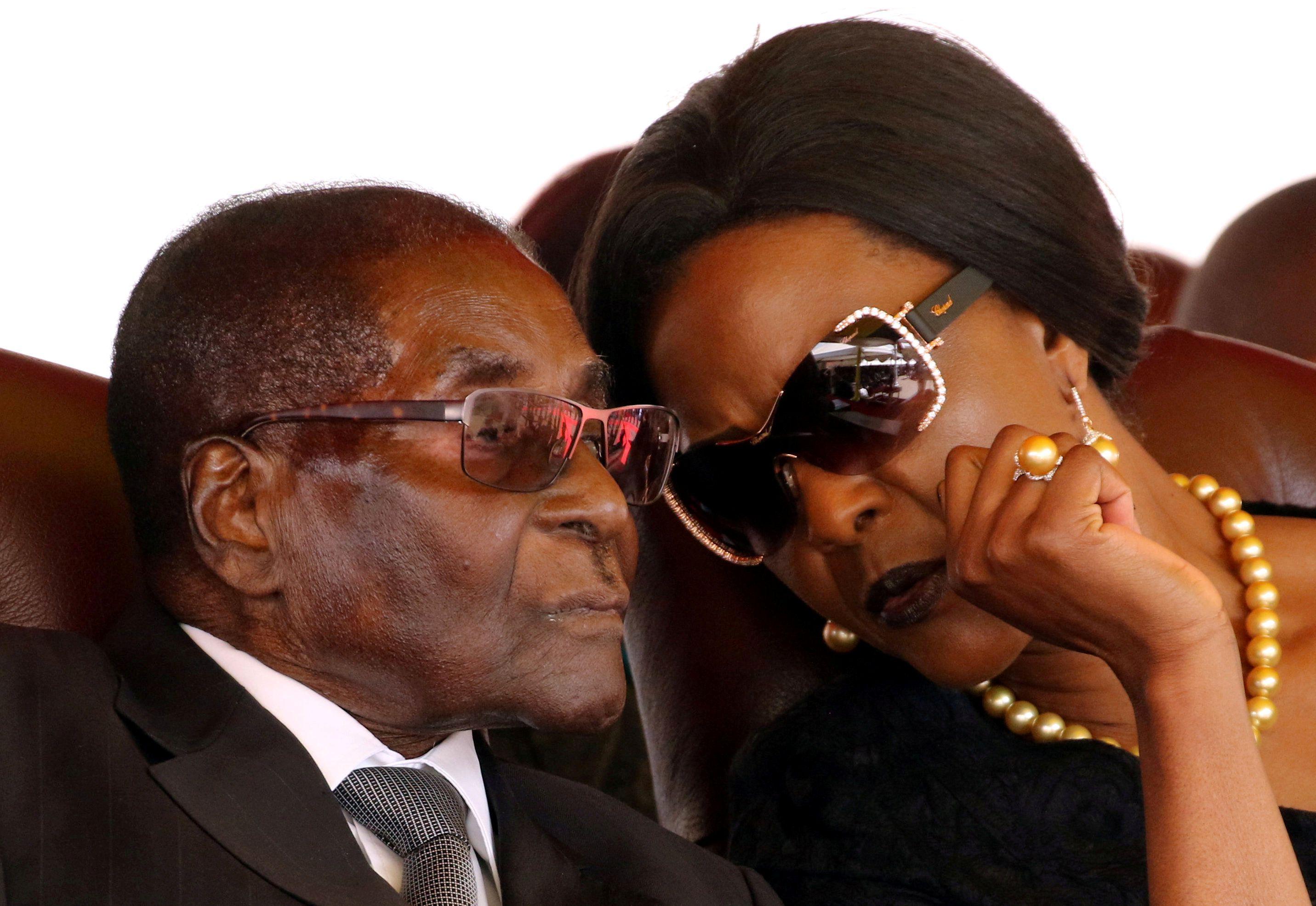 El ex presidente de Zimbabwe Robert Mugabe y su esposa Grace en 2017 (REUTERS/Philimon Bulawayo/File Photo)