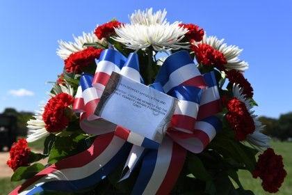 Caroline Kennedy, la única hija viva del presidente JFK, dejó una nota frente a la tumba de Liebenow en el Cementerio Nacional de Arlington (The Washington Post / Matt McClain)