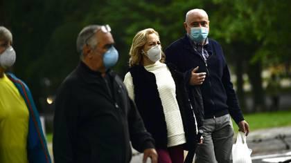 Cuatro personas mayores con barbijo en Pamplona (AP Photo/Alvaro Barrientos)