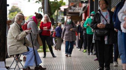 Un grupo de jubilados en la fila de un cajero automático. En este caso, para cobrar, no hará falta dar aviso al 147
