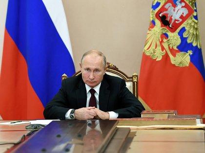 El presidente ruso Vladimir Putin asiste a una reunión con jefes de confesiones religiosas en el Día de la Unidad Nacional, a través de una videoconferencia en Moscú, el pasado 4 de noviembre de 2020. EN la mayoría de las fotografías aparece sujetándose las manos, algo que hace crecer las especulaciones sobre un posible Parkinson (Reuters)