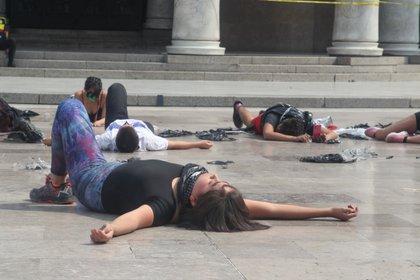 Manifestación frente al Palacio Nacional de Bellasrtes por parte de estudiantes de danza del INBA en contra del acoso y hostigamiento sexual al que diariamente se enfrentan las alumnas. Ciudad de México, abril 23, 2021.Foto: Karina Hernández/Infobae