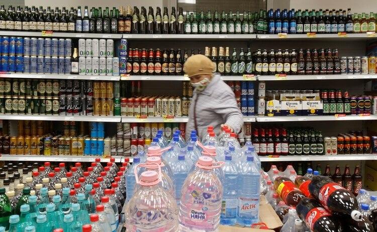 Una mujer compra en un supermercado de Rusia (foto REUTERS/Maxim Shemetov)