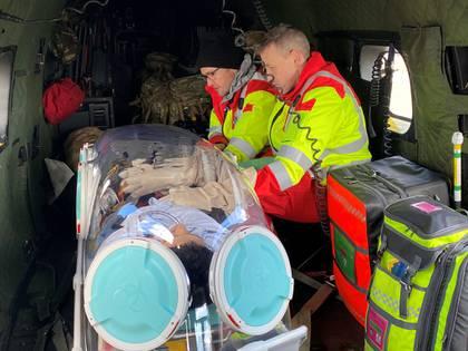 Médicos trasladan a un paciente en Escocia (REUTERS)