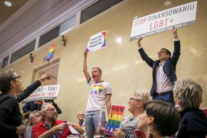 Activistas en pro y en contra de la comunidad LGBT discuten sobre la declaratoria de Varsovia durante una reunión del concejo de la ciudad. (Anna Liminowicz/The New York Times)