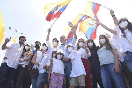 El candidato conservador Guillermo Lasso, acompañado de su familia (EFE/Mauricio Torres)
