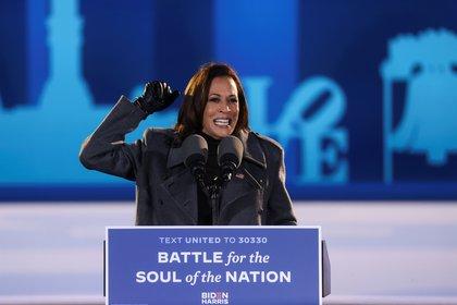 La candidata a vicepresidente Kamala Harris cerró la campaña en Filadelfia (REUTERS/Jonathan Ernst)