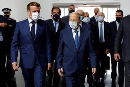El presidente francés Emmanuel Macron junto a su homólogo libanés Michel Aoun (Thibault Camus via REUTERS)