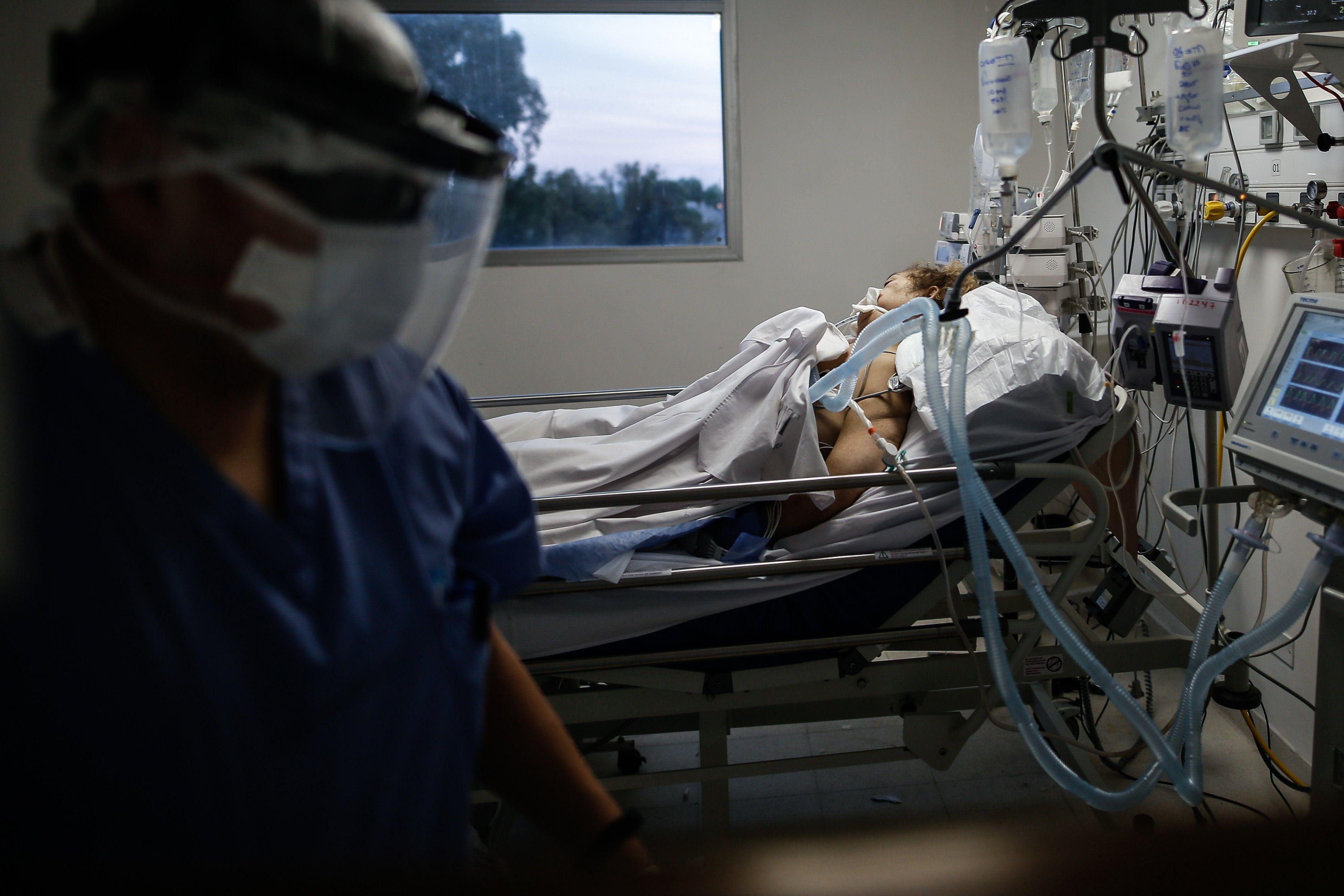 El aumento en la ocupación de camas de terapia intensiva es otra de las preocupaciones del Gobierno (EFE/Juan Ignacio Roncoroni/Archivo)