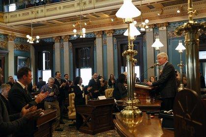 Rick Snyder, gobernador de Michigan, habla durante la reunión con el colegio electoral en Lansing (Fotógrafo: Jeff Kowalsky/Bloomberg)