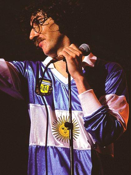 Charly García se puso la camiseta con la bandera para cantar en un recital