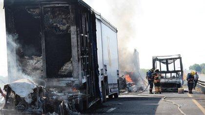 Bloqueos con vehículos incendiados se registraron en las carreteras Celaya-Juventino Rosas, Celaya-Comonfort, Celaya-San Miguel Allende (Foto: Alejandro Rojas / Cuartoscuro)