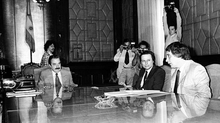 Saúl Ubaldini y Raúl Alfonsín en una reunión mantenida en Casa de Gobierno el 23/02/84. (Foto: Roman von Eckstein/Archivo Télam)