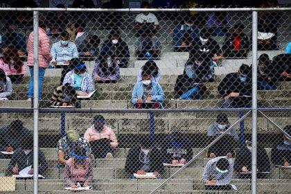 Pese a no tener certezas sobre la posible transmisión del virus vía aérea, las autoridades mantienen las recomendaciones de evitar lugares con grandes aglomeraciones y repestar la distancia social (REUTERS/Edgard Garrido)