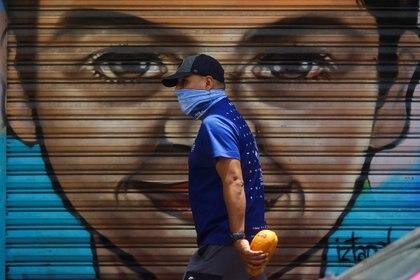Un hombre lleva mascarilla en el barrio de Iztapalapa, en Ciudad de México