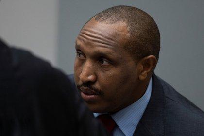 Ntaganda, vestido con un traje azul y corbata roja, se mantuvo impasible al escuchar la decisión de la Corte.