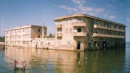 El hotel sufrió la inundación que afectó a todo el pueblo. Hoy sus paredes lucen descascaradas y se hacen visitas guiadas donde se alimenta el misterio sobre la leyenda de haberse construido como refugio de nazis